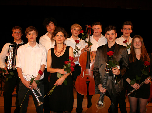 Einige von vielen - diese Schülerinnen und Schüler (hier mit Musiklehrerin M. Terbuyken) verlassen mit dem Abitur das MCG und unser Orchester. Obwohl ... manch einer wirkt auch noch als Ehemaliger mit.